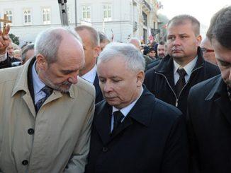 Macierewicz wciąż urzęduje w MON. Błaszczak jest ZEREM