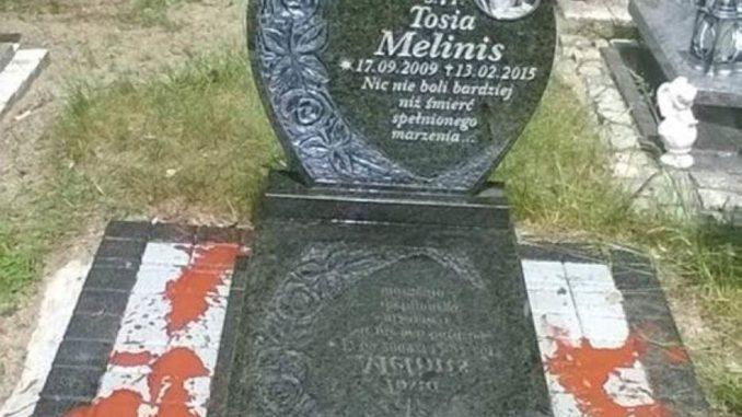 Ktoś już piąty raz niszczy grób Tosi! Mama prosi o pomoc! Komu tak przeszkadza grób dziecka, że oblewa go farbą?
