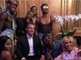 Impreza w Pałacu Elizejskim. Prezydent Francji zaprosił transseksualnych tancerzy