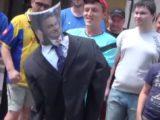 Protest pod ambasadą Węgier na Ukrainie: Zniszczono kukłę Orbana [+video]