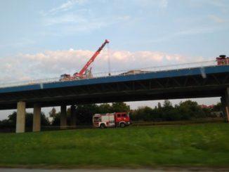 Kierowca uwięziony w kabinie wiszącej osiem metrów nad ziemią