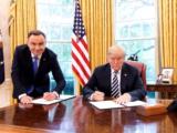 Stojący Duda, siedzący Trump – wpadka protokołu, wpadka prezydenta