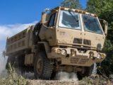 """Żołnierze US Army stoją na trasie S3 przed Zieloną Górą. """"Z ciężarówki odpadło im koło"""