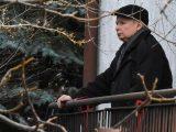 Jarosław Kaczyński wyszedł z domu… o kulach. FOTO