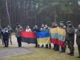 Litewscy strzelcy przynieśli na groby pomordowanych Polaków flagę UPA [ FOTO]