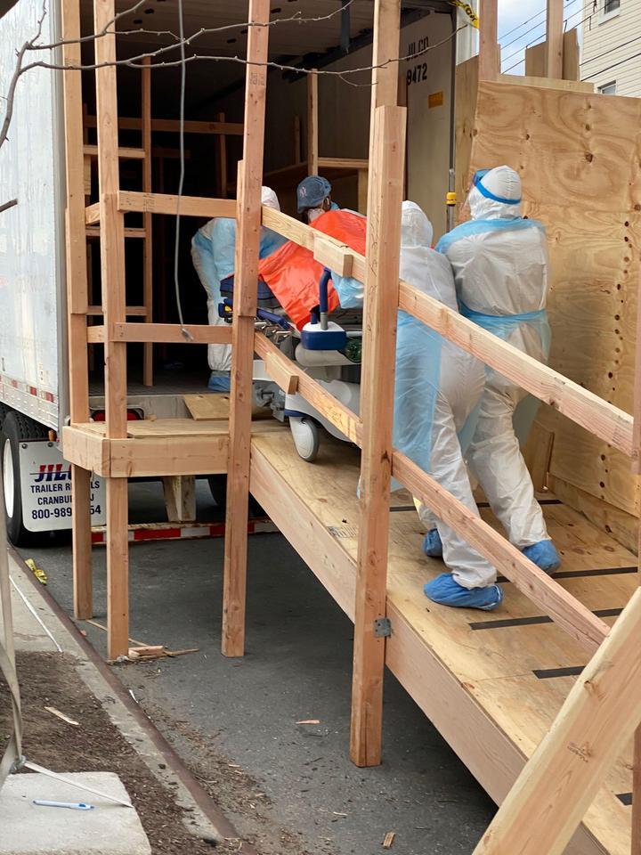 Ciała zmarłych są przechowywane w ciężarówkach