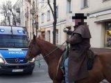 Policja karze za łamanie przepisów. Pijany mężczyzna konno jeździł po Kielcach