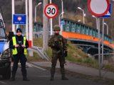 Policja, wojsko i żandarmieria na ulicach miast i granicach. Zobacz zdjęcia