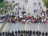 Policjanci w USA klękają przed protestującymi
