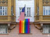 Putin o fladze LGBT na ambasadzie USA: pokazali, kto tam pracuje