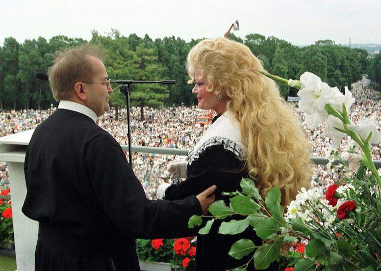zdjęcie Rydzyka z kobietą
