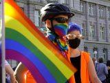 """Niemiecka firma będzie wspierać osoby LGBT w Polsce. Naprawi ich ubrania zniszczone w """"szale agresji"""""""