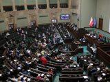 Pięć partii w Sejmie. Kto zyskuje w nowym sondażu?