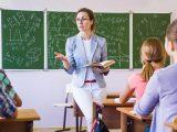 Rząd chce zaoszczędzić na pensjach nauczycieli. Tłumaczymy słowa min. Piontkowskiego na polski
