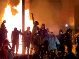 USA: drugi dzień zamieszek po werdykcie dot. policjantów, którzy zabili Breonnę Taylor [ VIDEO]