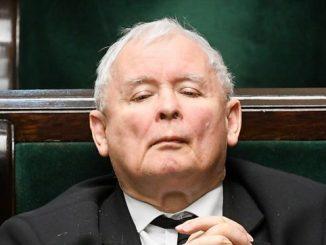 Kaczyński do kościoła jeździ w kolumnie z czterech aut