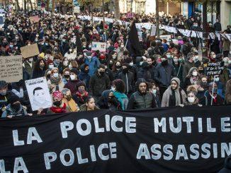 Francja: partia Macrona wycofa kontrowersyjne zapisy o zakazie publikacji zdjęć policjantów