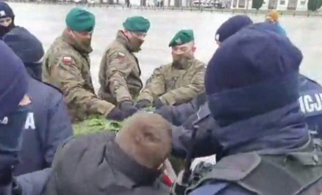 Policja i żołnierze walczą o wieniec dla Kaczyńskiego. Cyrk pod pomnikiem brata prezesa PiS [VIDEO]