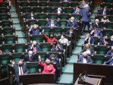 PiS odrzucił poprawki. Bez dodatków dla medyków, pieniędzy na oświatę i psychiatrię dziecięcą