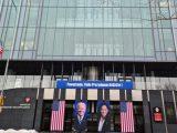 Urząd Marszałkowski w Poznaniu obwieszony flagami USA i portretem Bidena