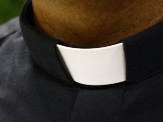 Kapłan sumy za pogrzeb bezdomnego