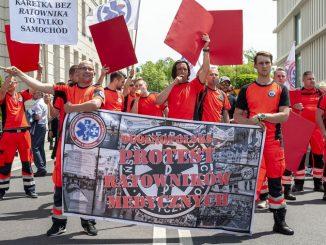 """Protest ratowników medycznych w całej Polsce. """"Traktują nas jak szczeniaka"""""""