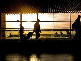 """Chaos na lotniskach w całej Europie. Powodem """"paszporty covidowe"""""""