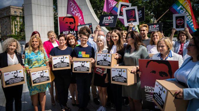 Lewica i Akcja Demokracja zebrały ponad 100 tys. podpisów za odwołaniem Czarnka