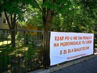 """""""Rząd PIS-u nie dał pieniędzy na modernizację tej szkoły"""". Podlaska kurator oświaty prosi dyrektorów szkół o zdjęcie banerów"""