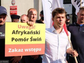 Rolnicy blokują drogę. Chcą rozmawiać z premierem o epidemii ASF. Grożą protestem w Warszawie