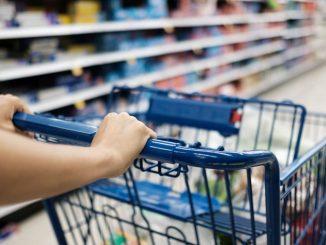 Polacy zaczynają oszczędzać nawet na jedzeniu. Efekt szalejącej inflacji