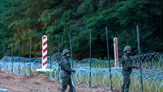 Funkcjonariusze Straży Grznicznej przesuwają migranów na terytorium Białorusi. Szokujące nagranie