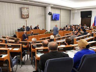 Senat przyjął nowelizację budżetu na 2021 r. z poprawką. Ochrona zdrowia zamiast czołgów